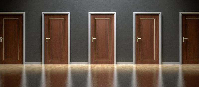 serie di porte marroni chiuse da scegliere