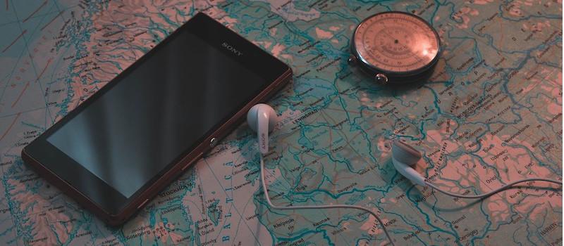 telefono cuffie bussola su cartina della svezia