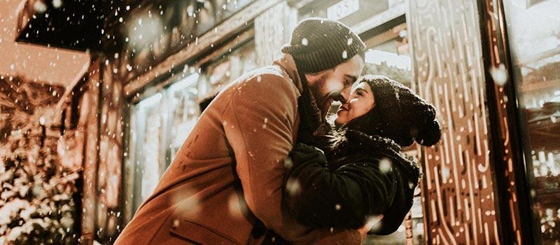 due-persone-si-baciano-sotto-la-neve