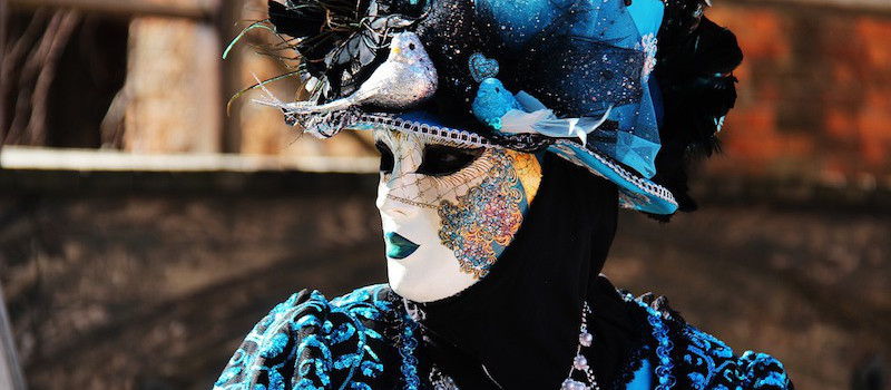 maschera bianca cappello blu carnevale venezia