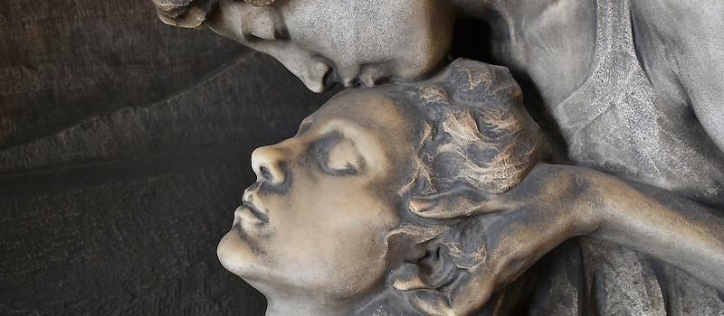 scultura bacio sulla fronte